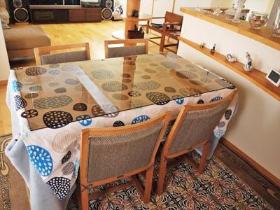 テーブルに薄い布団を敷きガラスの天板