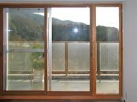 住宅の木製掃出し窓