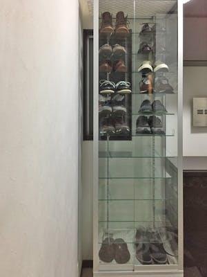 ガラスショーケース内の棚板